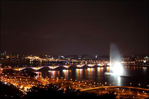 夕暮れ時にはライトアップされる漢江