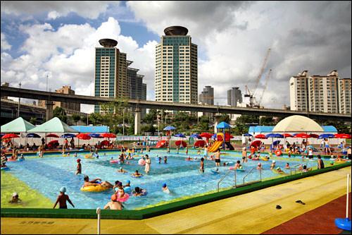 夏は多くの人でにぎわう漢江市民プール