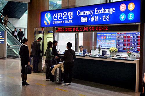両替所到着ロビーなど空港全体に多数あります。