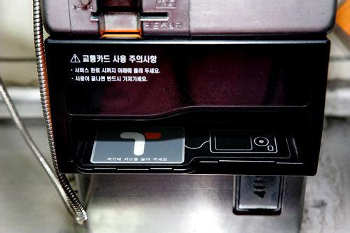 受話器を取りT-moneyを読み取り部分に置きます