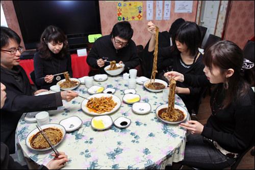 テーブル中央、タンスユッ(韓国風酢豚)は定番の組み合わせ。
