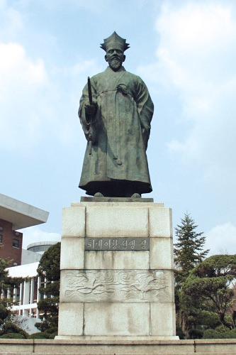 退渓李滉(テゲイファン)像 (赤12)朱子学を集大成した学者で、日本にも江戸時代に伝達されました。1,000ウォン札の肖像画としても有名。