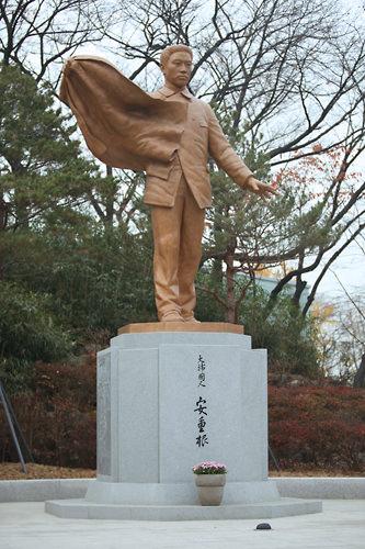 安重根像 (赤13)安重根記念館の隣にある銅像。韓国では抗日抗争に身を捧げたとして義士(ウィサ)と呼ばれ称えられています。