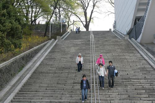 大階段 (赤15)西側の広場にある階段のうち、タワーを背にして右側(ソウル市教育研究情報院の横)の階段は、2005年に放送されたドラマ「私の名前はキム・サムスン」のラストシーンで使われたことで有名に!
