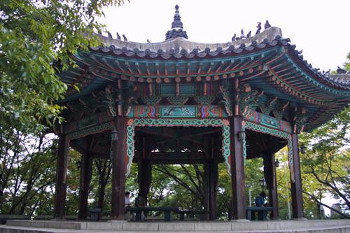 八角亭2001年に放送されたドラマ「美しき日々」でヨンス(チェ・ジウ)とセナ(イ・ジョンヒョン)が待ち合わせた場所がここ。