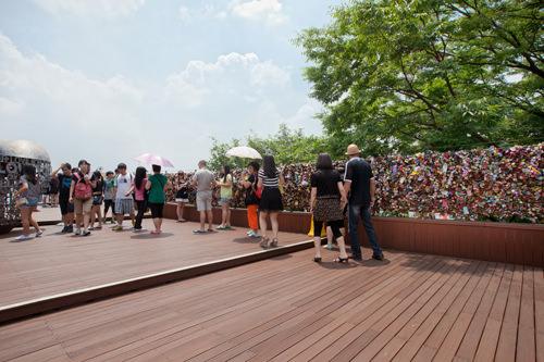 ソウルタワー Nテラス2013年に放送されたドラマ「星から来たあなた」で、ト・ミンジュン(キム・スヒョン)とチョン・ソンイ(チョン・ジヒョン)が愛の南京錠をかけた場所。