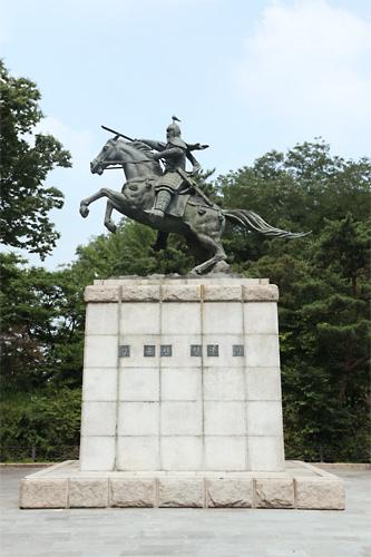 金庾信(キム・ユシン)像 (赤9)ドラマ「善徳女王」にも登場した、新羅の朝鮮半島統一の立役者。