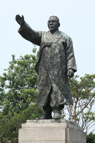 金九(キム・グ)像 (赤10)統一独立促成会をつくり南北統一政府を目指した政治家・独立運動家金九(キム・グ)。号は白凡(ペッポム)。