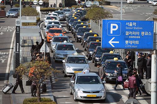 左列、白やシルバー、オレンジが一般タクシー。右列の黒は模範タクシー