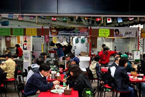 食堂は各階にあり、軽食から食事、お酒も。