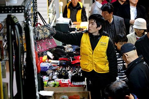 エリアカラーのユニフォームを着用している商店主も。
