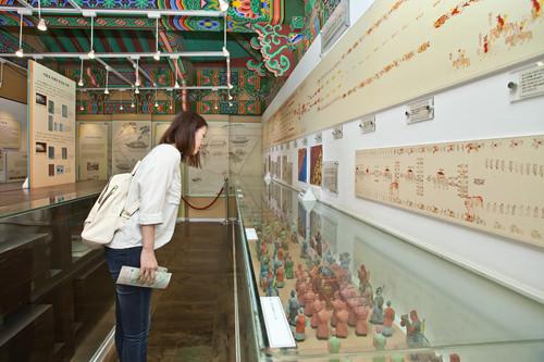 国家儀式の規則が記録された重要書物儀軌(ウィグェ)や高麗宮趾復元に関わる資料を展示