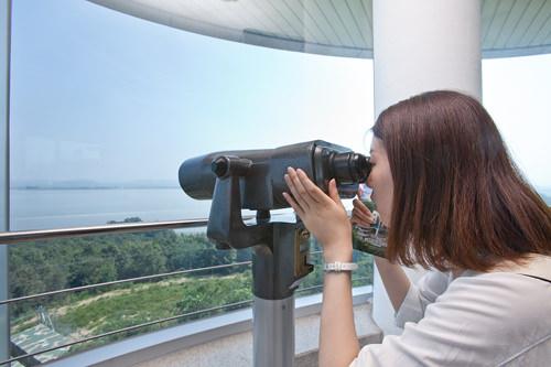 望遠鏡を覗いてみると・・・ほ、本当に見える!