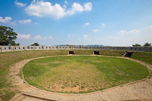 一帯を眺められる墩台(トンデ、城郭の一種)の中央には砲台も