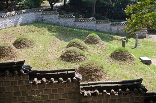 戦いのむなしさを物語る兵士たちの墓