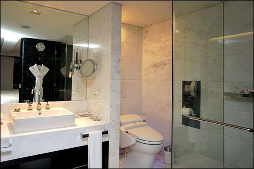 トイレとシャワーブースは別々
