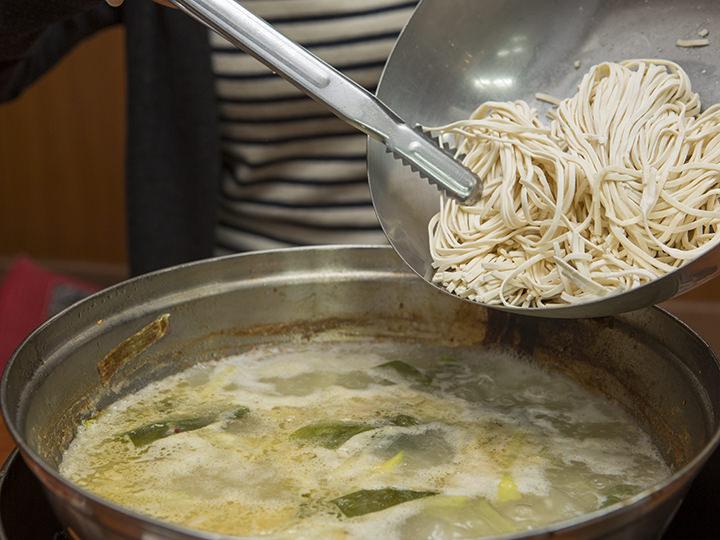 鍋に生の麺を投入します