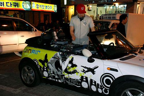 車に機材を積んでプレイする路上DJ