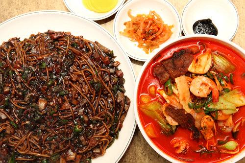韓国風中華は出前の定番(左:ジャージャー麺、右:チャンポン)