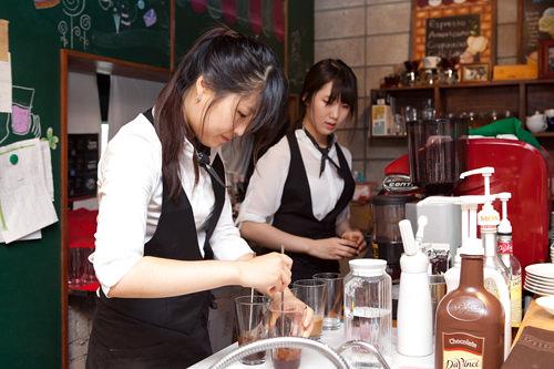 コーヒーの練習に励んだウンチャンを女性スタッフに重ねて…