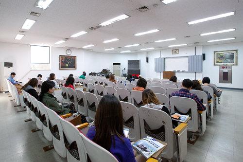 安全教育を受ける講義室。