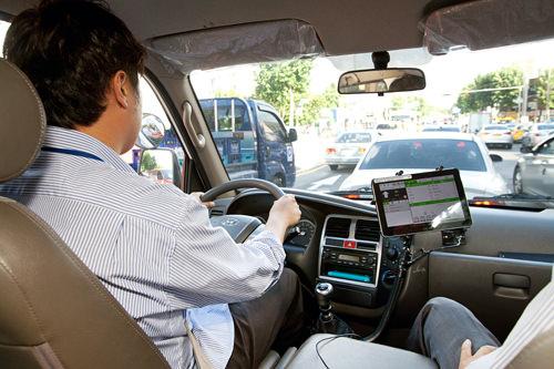 道路走行試験(本試験)の様子。応試者が必ず2人乗車し不正を防止。