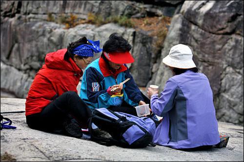 食堂岩の上で食事中