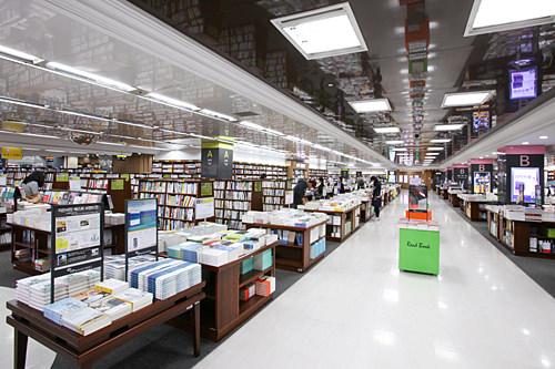 永豊文庫や教保文庫など大型書店には宗教書籍コーナーもある