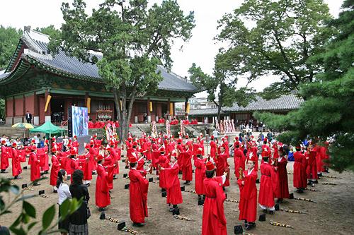 釈奠大祭(ソッチョンテジェ)孔子に対して行なう祭祀で、大学路(テハンノ)の成均館(ソンギュングァン)大学で春秋の2回、行なわれます。