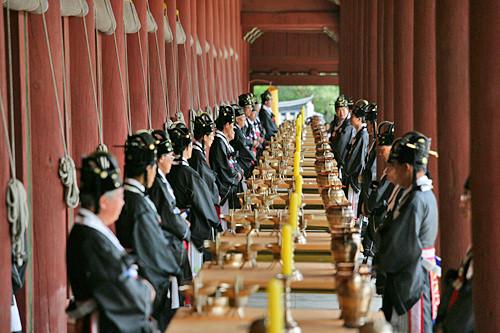 宗廟大祭(チョンミョデジェ)朝鮮王朝王室の祭礼儀式で、毎年5月の第1日曜日に宗廟で王族の子孫たちによって行なわれています。