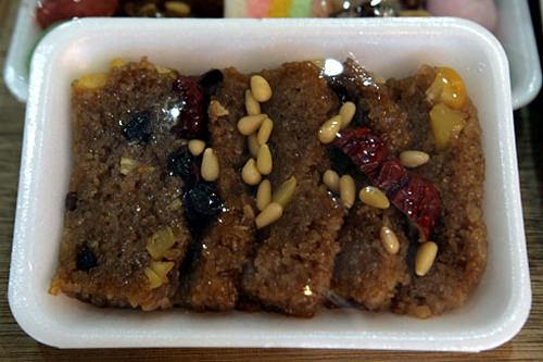 ヤッシッ(胡桃、栗、ナツメなどの甘いおこわ) 3,000ウォン