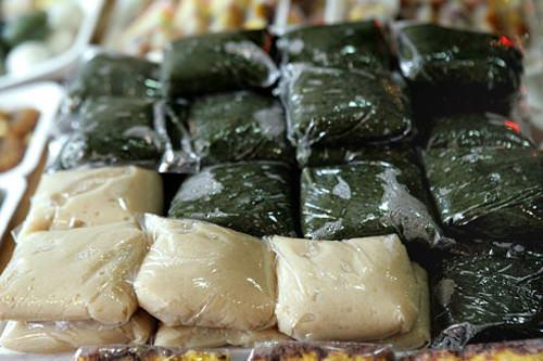 インジョルミ(杵付き餅:ヨモギ、玄米)各1,000ウォン