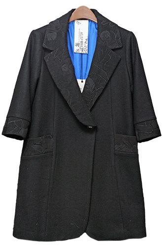 襟と袖に刺繍が施されたコート。鮮やかな青の裏地もステキ。(355,000ウォン)