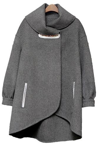 ウール100パーセントのコートは韓国の伝統衣装を意識して丸みのあるデザインに。(650,000ウォン)