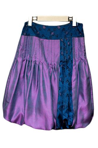 色合いと形が美しいバルーンスカートはちょっとしたパーティーにも活躍。(248,000ウォン)