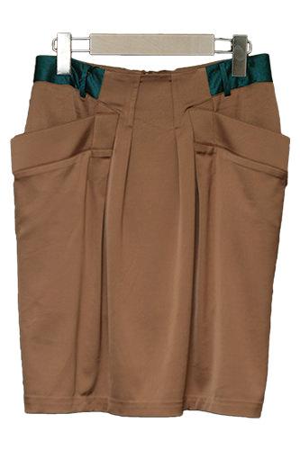 シンプルな茶色のスカートは腰の部分に施した韓国生地がポイントに。(285,000ウォン)
