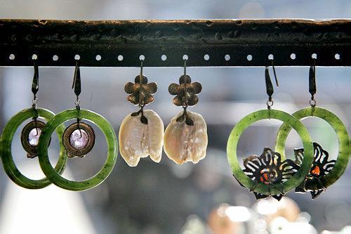 韓国の伝統的な石で作られたピアスもおすすめ。(各65,000ウォン~240,000ウォン)