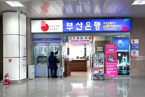 釜山(プサン)銀行 金海(キメ)空港店パスポート提示:不要(100万ウォン以上の場合要)領収書:可