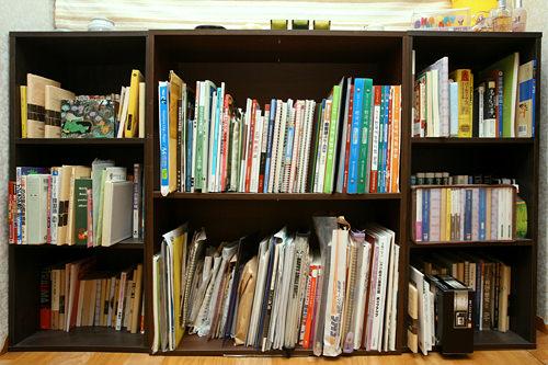 窓の下に大きめの本棚もすっぽり