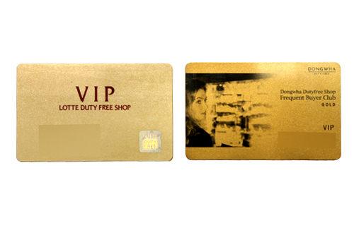 ロッテ免税店ゴールドカード(左)と東和免税店のカード
