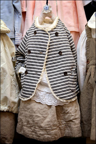 Tシャツ20,000ウォン、カーディガン30,000ウォン、スカート24,000ウォン
