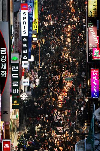 ソウルへ来たならば一度は訪れる明洞(ミョンドン)や仁寺洞(インサドン)ですが、週末ともなれば大変な人混みとなります。しかし、平日の昼間は比較的人も少ないので、ゆとりがあります。旅のプランを練る際の参考にしてください。