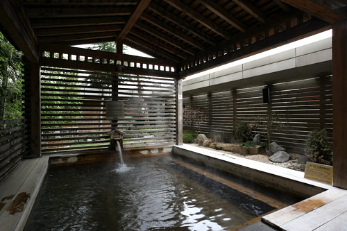 露天ひのき風呂(3階)※掃除時間の朝4:00~6:00は利用不可
