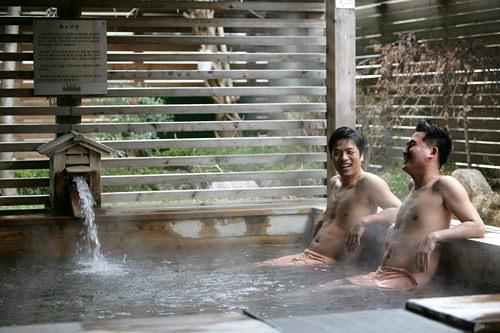 露天ひのき風呂(3階)樹齢300年のひのき原木で作った浴槽に注がれるお湯には、防腐剤や育毛剤に使われる成分、ヒノキチオールが含まれ、殺菌、細胞活性などの効果があります。