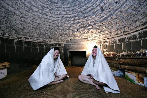 汗蒸幕(2階)大量に噴き出る汗とともに体内の老廃物を排出させ、体を芯から暖めることで全身の疲れた筋肉をほぐしてくれます。韓国オリジナルの低温サウナであるクヌギ黄土サウナもあります。