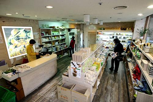 ハヌルタンムルポッ明洞聖堂(ミョンドンソンダン)すぐ近くの有機食品専門店。韓国カトリック農民会が作った農作物を販売。韓国産の材料で作られたキムチや海苔など旅行者におすすめの食品も。