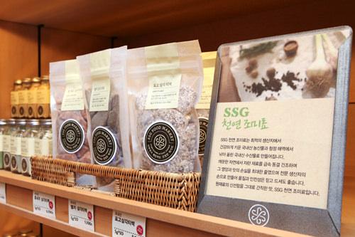 SSG フードマーケット 清潭店清潭洞(チョンダムドン)に2012年にオープンした高級スーパー。新世界グループのショッピングスポット「SSG」の中にあります。マーケット限定のオーガニック韓菓や野菜チップスが人気です。