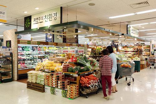 emart「自然主義 親環境」大型マート「emart」に入店するオーガニック食品コーナー。農薬や化学肥料の使用を抑えた有機農食品を販売。オリジナルブランドの他に海外の製品も扱っています。