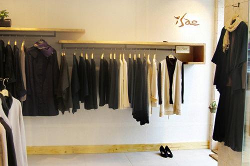 Isae(イセ)綿、麻、絹など天然素材と天然染色を使用。フェアトレード(開発途上国の原料や製品を適正価格で取引すること)により輸入したインドや中国の生地を使った服も。
