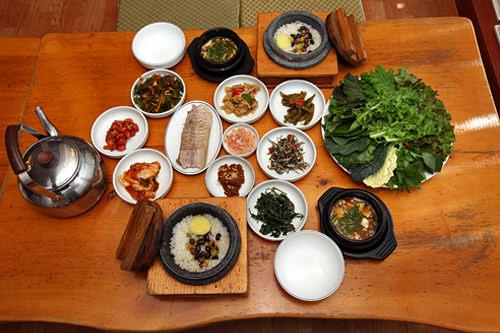 カンチョンサンパッ高級住宅街・平倉洞(ピョンチャンドン)のサンパッ(包みご飯)専門店。釜炊きご飯と茹で豚を有機農野菜に包んで食べるサンパッ定食が人気。